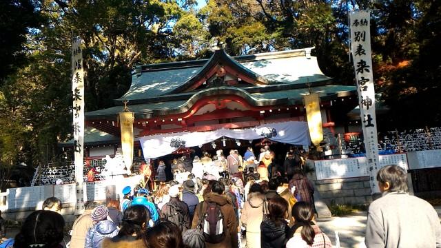 静岡県熱海市来宮神社本堂に向かう初詣客