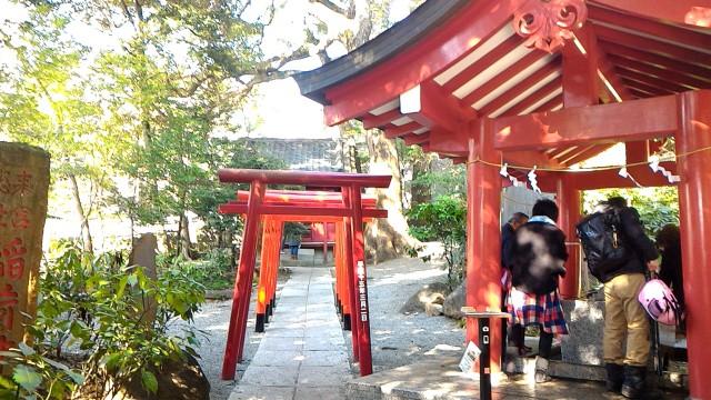 静岡県熱海市来宮神社の手水舎と稲荷神社の鳥居