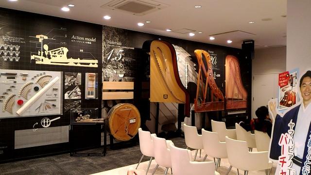 新東名浜松SA内のヤマハのコーナーグランドピアノの成り立ち展示