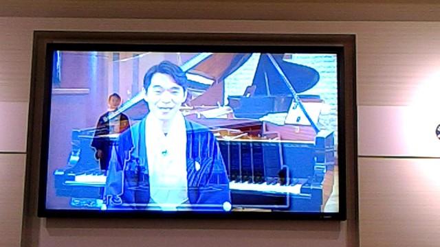 新東名浜松SA内のヤマハのコーナーグランドピアノ工場のバーチャルツアー案内の柳家花緑さん