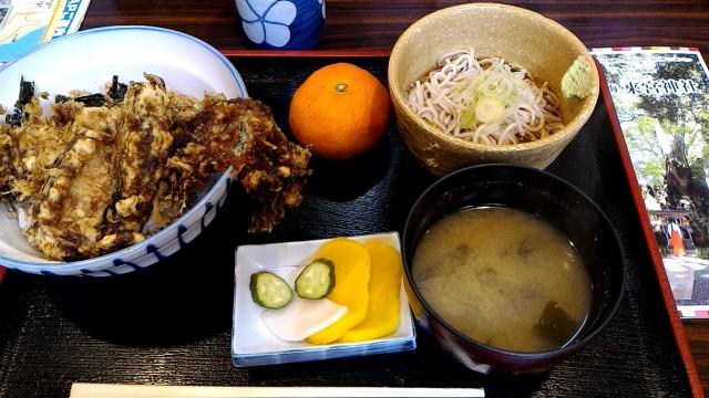 JR来宮駅前の「そば処すずき」穴子丼