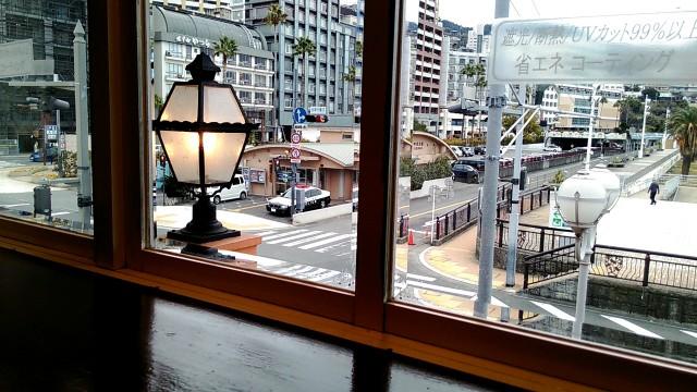 熱海ジョナサンのサンビーチ店の窓ごしの景色