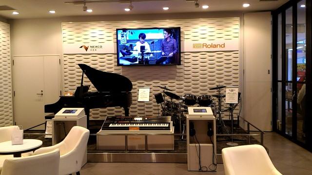 新東名下り浜松SA内のヤマハのコーナー、電子楽器の展示とビデオ