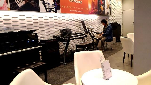 新東名下り浜松SA内のヤマハのコーナー、電子楽器のいろいろ