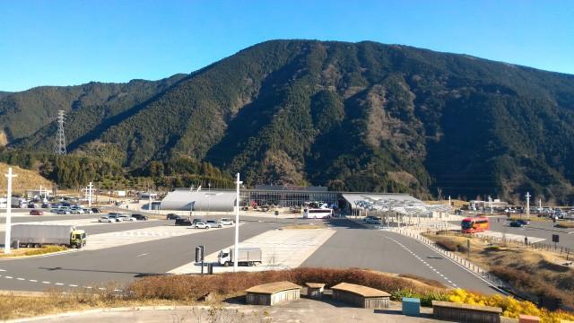 新東名清水PAの展望台からPAと駐車場の山をバックの風景