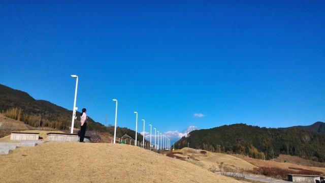 新東名清水PAの展望台と雪化粧の富士山
