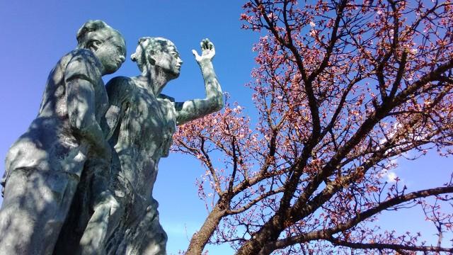 静岡県熱海市のあたみ桜、サンビーチにて釜鳴屋平七像