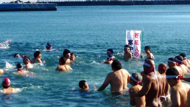 熱海海水浴場で寒中水泳中のみなさん