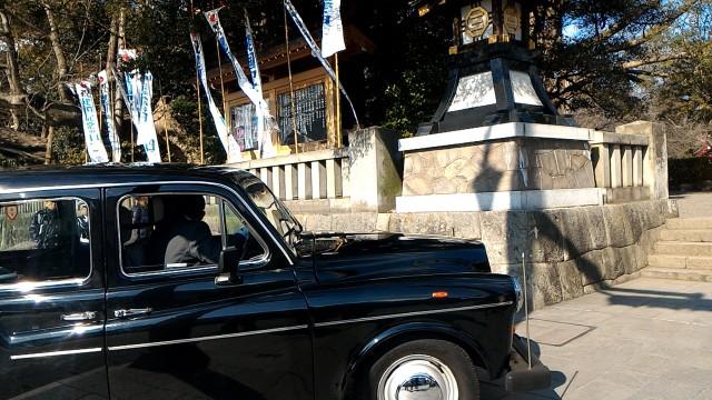 三嶋大社(静岡県三島市)で神前結婚式をあげるカップルをのせてきたクラッシックカー