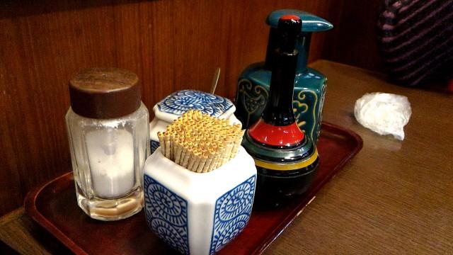 三嶋大社そば三島駅そばの食事処「高田屋」テーブルの上の入れ物