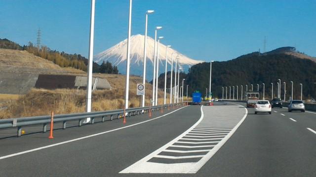 雪化粧の富士山新東名上りで