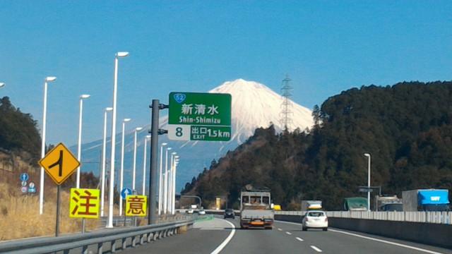 雪化粧の富士山新東名上り新清水出口まで1.5キロの表示
