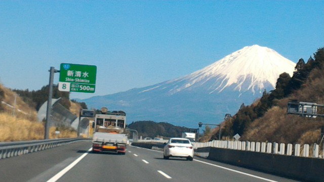 雪化粧の富士山新東名上り・新清水出口まであと500メートル
