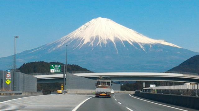 雪化粧の富士山新東名上りで・新清水出口