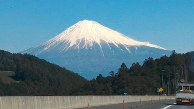 雪化粧の富士山新東名上りで・新清水出口を通過して間もなく