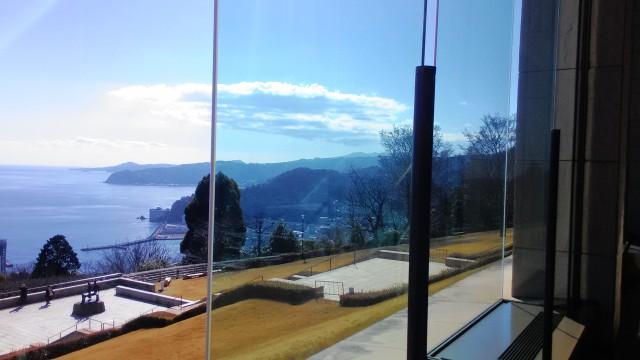 MOA美術館展示室入り口の大窓から臨む相模湾
