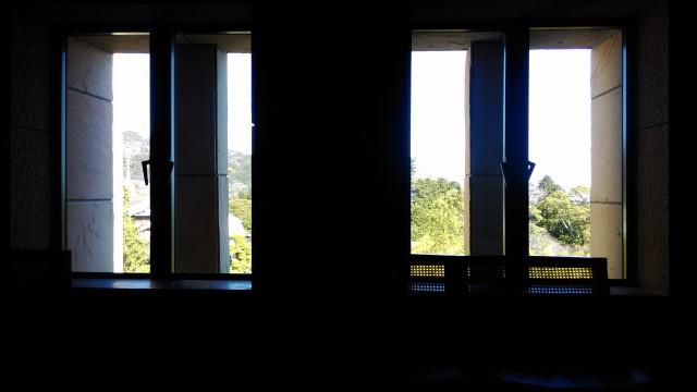 MOA美術館中待合の窓からのぞむ庭や相模湾