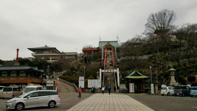 犬山成田山(愛知県犬山市)の駐車場から本堂へ向かう急階段