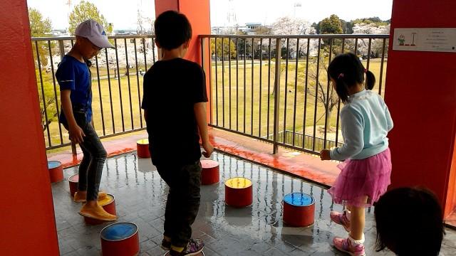 愛知県春日井市落合公園のフォリーの塔の踊り場で子供たちの遊具あり