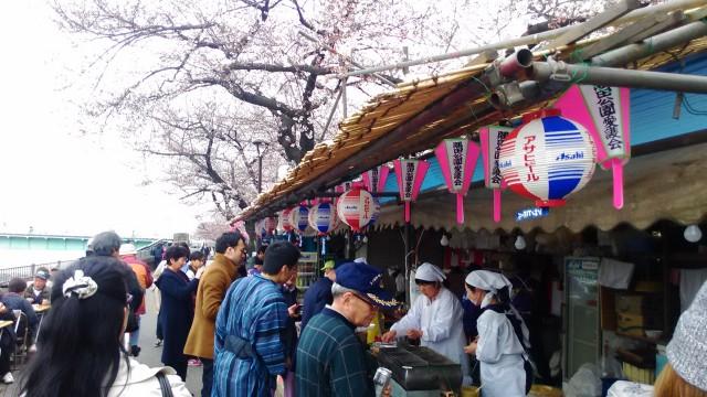 隅田川(東京都)桜まつりで昔ながらの出店