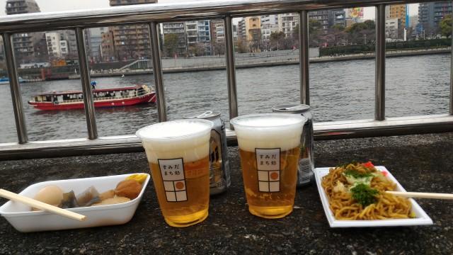 隅田川花見、出店でビールなどを買い込む