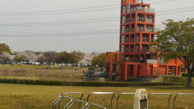 愛知県春日井市落合公園のフォリーの塔管理棟から