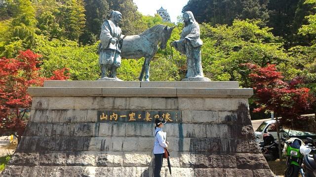 岐阜県郡上市郡上八幡城の登り口に一番近い無料駐車場(普段は広場のよう)にある山内一豊と褄の石像