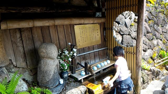 岐阜県郡上市安養寺の左に接している柳町の道で湧き水