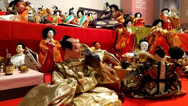 岐阜県郡上市郡上八幡博覧館内、ひな人形たちが飲めや歌えの宴会