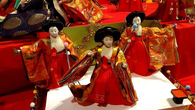 岐阜県郡上市郡上八幡博覧館内、ひな人形たちがAKBの真似?
