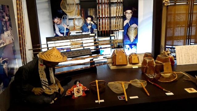 岐阜県郡上市郡上八幡博覧館内の川魚採りの道具解説