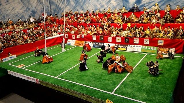 岐阜県郡上市郡上八幡博覧館内、ラグビーボールの奪い合いひな人形