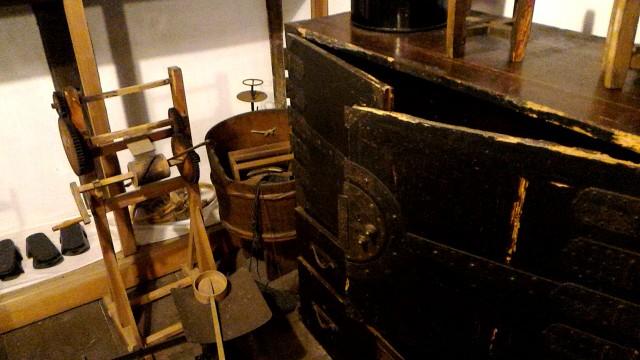 岐阜県郡上市の「おもだか家民芸館」の蔵の民芸品