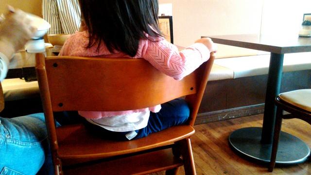春日市「勝川カフェ」で子供用椅子に座る子