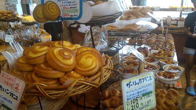 JR勝川駅パン屋モンシェルさん陳列台のパンの数々