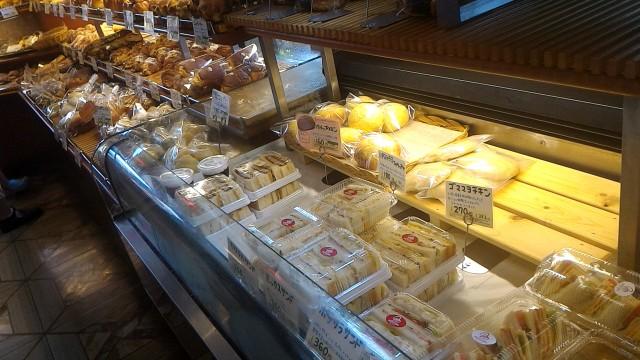 JR勝川駅パン屋モンシェルさん陳列台のパンの数々総菜パンも充実