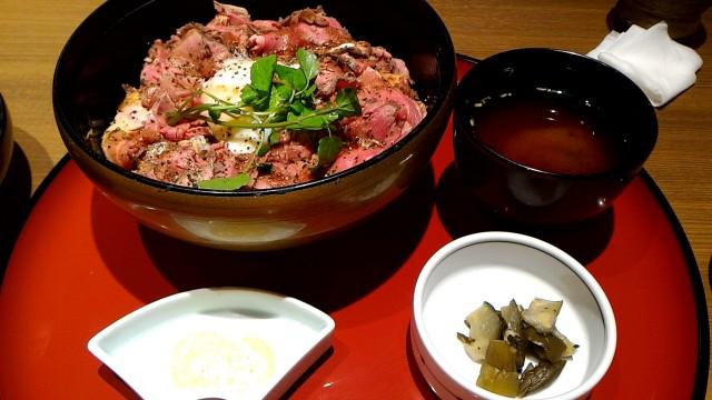 新東名岡崎SAの和食お肉処「かごの屋」ローストビーフ丼