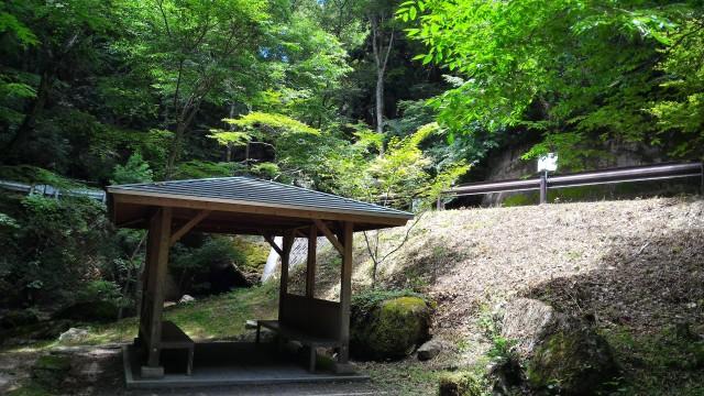 岐阜県恵那市「寿老の滝」から川遊びでのできるところにある休憩所