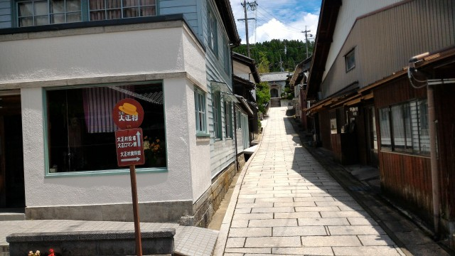 「日本大正村」(岐阜県恵那市明知町)の大正村役場への石だたみ