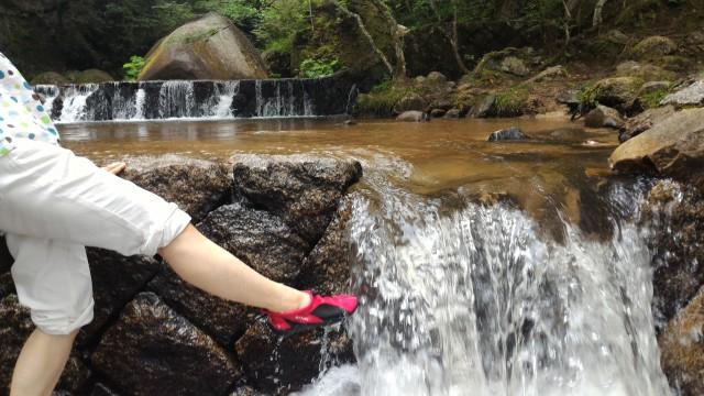 岩屋堂公園(愛知瀬戸市)水(川)遊び天然プールゴム底の水遊び靴で