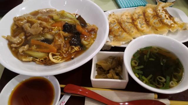 静岡SAのフードコートで浜松餃子とバリ焼きそば