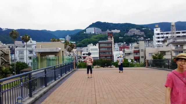 熱海夏の朝・渚デッキと付近の旅館(静岡県熱海市)