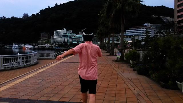 熱海夏の朝・渚デッキを歩く人(静岡県熱海市)