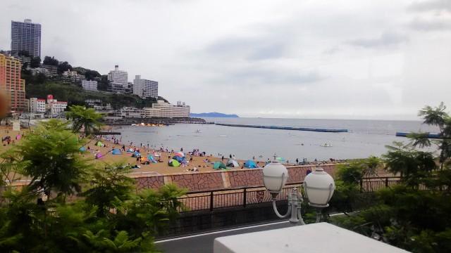 熱海夏の朝・熱海サンビーチ海水浴場で海水浴する人(静岡県熱海市)