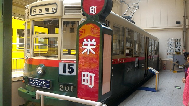 レトロ電車館(名古屋市市電地下鉄保存館)の路面電車ワンマンカーと栄町の停留所