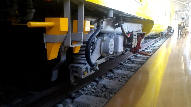 レトロ電車館(名古屋市市電地下鉄保存館)の展示の地下鉄100型(107号車)の車輪動力部分