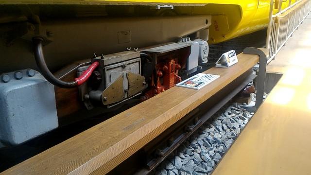レトロ電車館(名古屋市市電地下鉄保存館)の展示の地下鉄100型(107号車)停止する装置