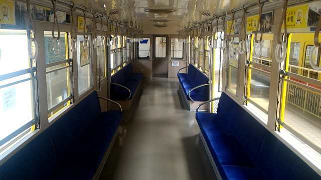 レトロ電車館(名古屋市市電地下鉄保存館)の展示の地下鉄100型(107号車)社内の座席など