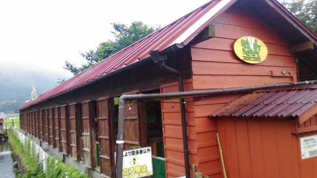 酪農王国オラッチェのふれあいひろば横の珍しいうさぎが飼われている小屋