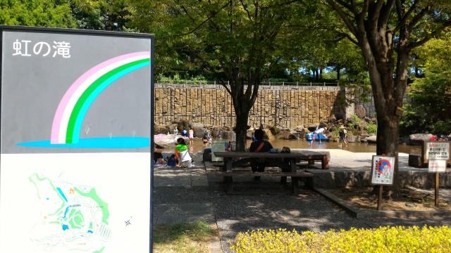愛知県小牧市市民四季の森の「虹の滝」水遊び場